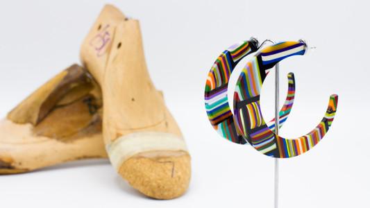 Schmuckstück aus der Sélection Actuelle der Herbst Kollektion mit zwei grossen Creolen aus buntem Kunststoff