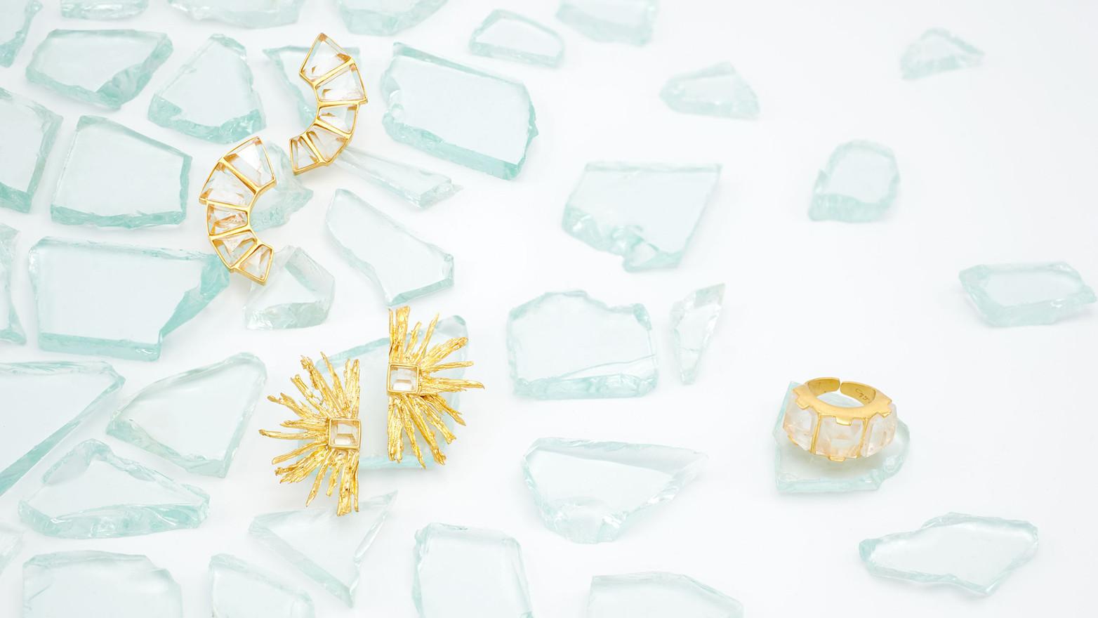Schmuckstücke aus der Sélection Actuelle mit Schmuck aus der Winter Kollektion mit zwei Paar kristallbesetzen Goldohrringen und einem kristallbesetzen goldenen Ring
