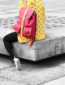 La muchacha con rojo Mochila