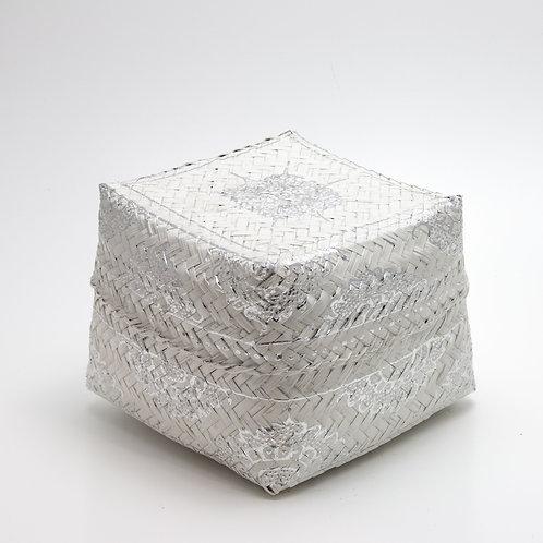 Caja de ofrendas plateada y blanca.