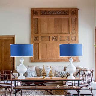 salon sillas ratan y lamparas de mesa