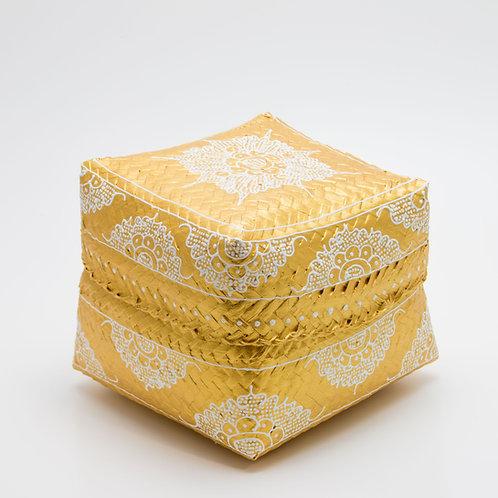 Caja de ofrendas dorada y blanca.