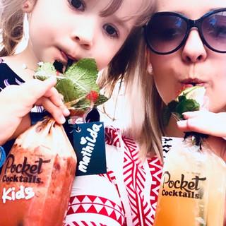 Kindergeburtstagsparty Idee: Einfach alkoholfreie Cocktails bestellen und frisch gemixt und personalisiert liefern lassen.