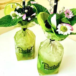 Du möchtest Blumen schenken zum Geburtstag? Einen Heiratsantrag stellen? Das Herz berühren? Bestell lieber Pocket Cocktails.