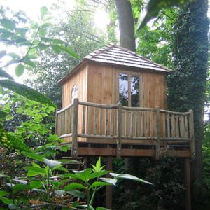Cabane carrée sur pilotis dans las arbres
