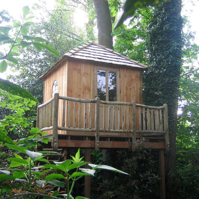 Cabane carrée dans les arbres