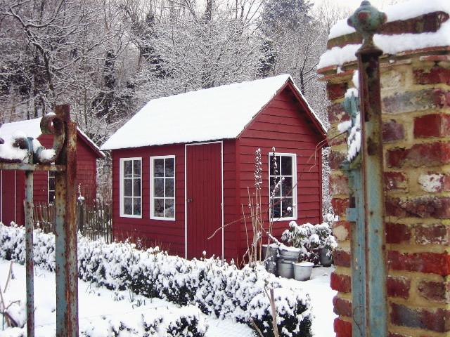 Cabane jardinier au potager sous la neige