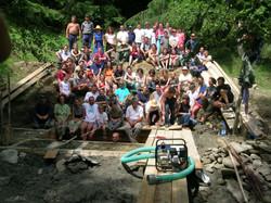 csoportkép a nagymedencénél 2