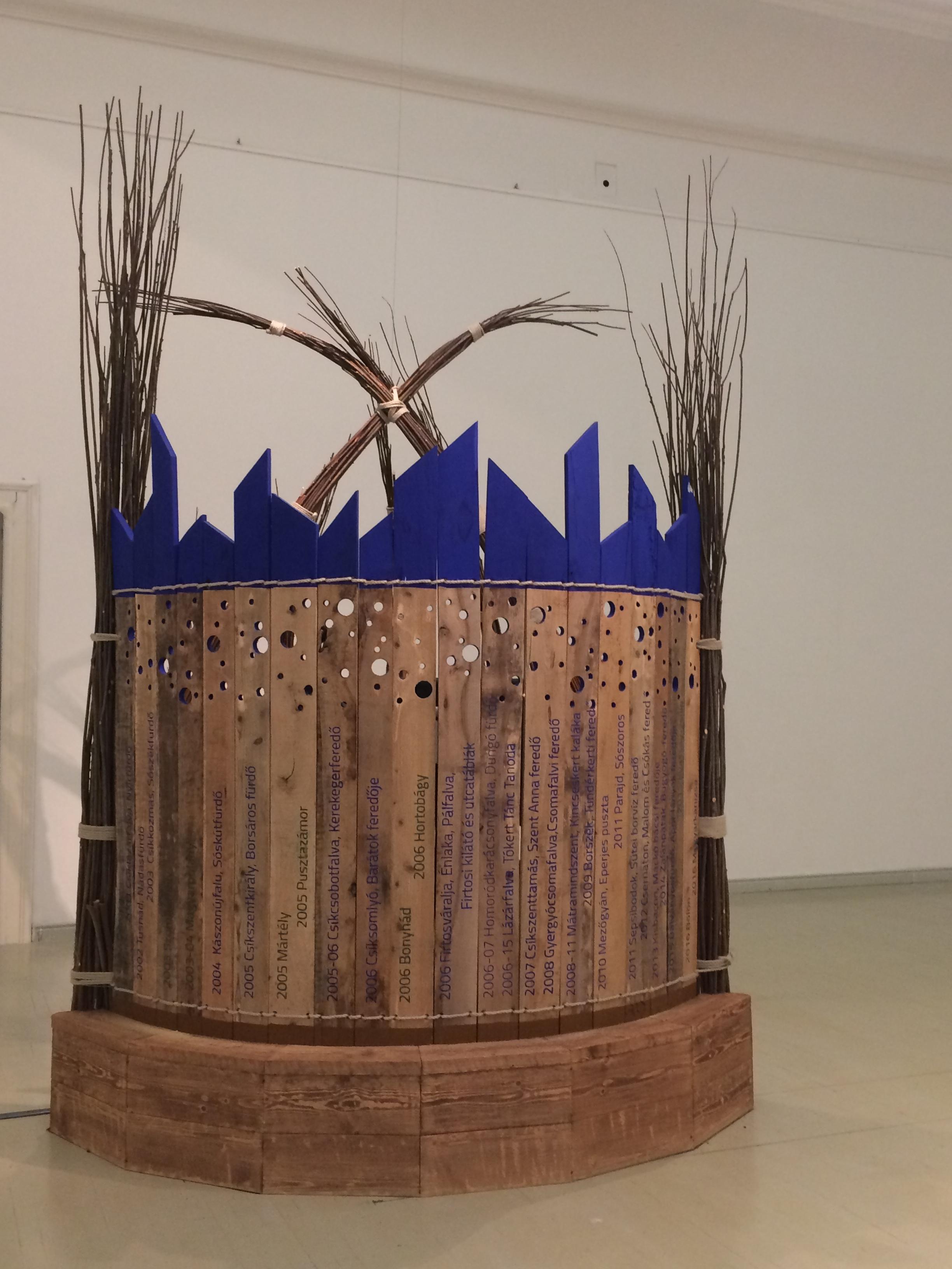 Az installáció hátulról - vajon mit rejt a paraván