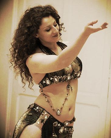 Aïda danse danseuse orientale cours stage spectacle Arras Pas de Calais biographie arrageois individue initiation perfectionnement événementiel comité d'entreprise culture bien-être