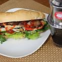 バインミー(フランスパンに野菜や肉などの具を挟んで食べるベトナム伝統料理)