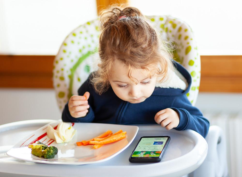 Coraz młodsze dzieci sięgają dziś po smartfony...