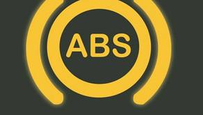 Luz do ABS acesa é sinal de que o carro vai ficar sem freio?