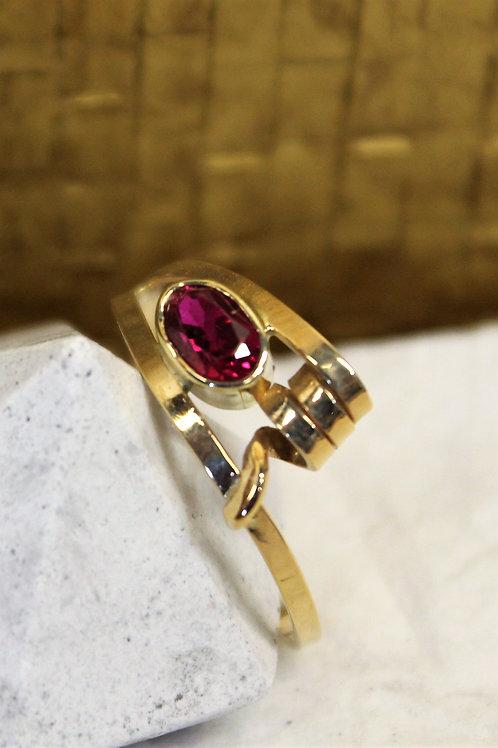 Geel gouden ring met rode saffier
