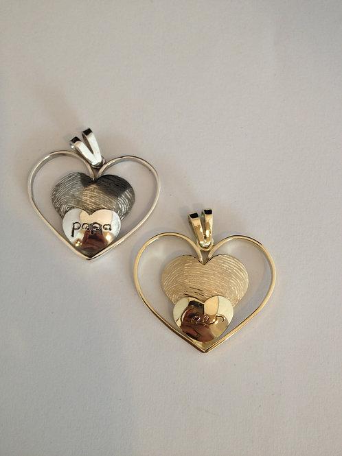 Goud en zilveren hangers met namen en vingerafdruk