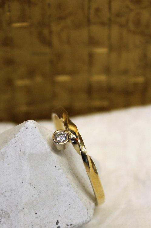 Geel gouden ring met diamantje