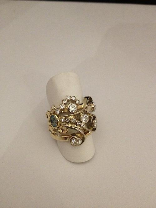 Ring van oud goud met steentjes en symbolen
