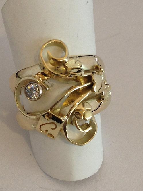 Ringen van oud goud met initialen en steen