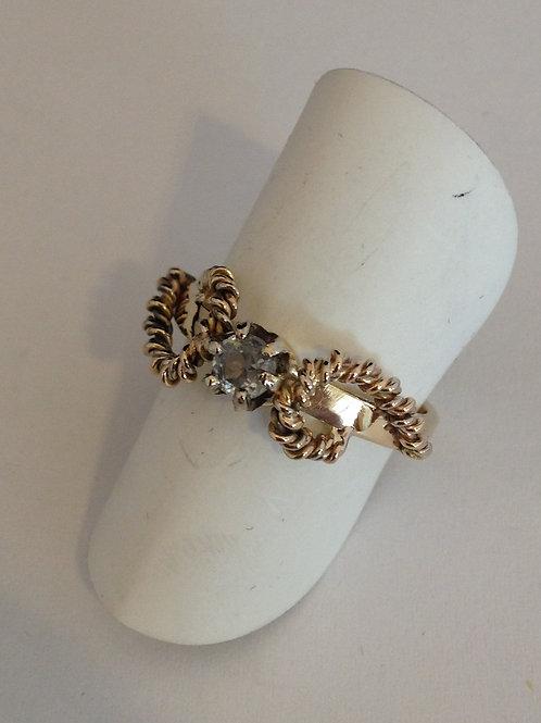 Ring van oud goud met torsdraad en diamant