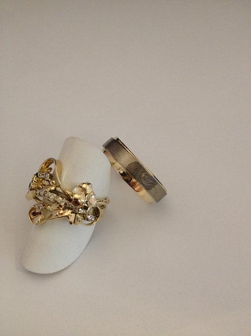 Geel gouden ringen van oud goud en vingerafdruk
