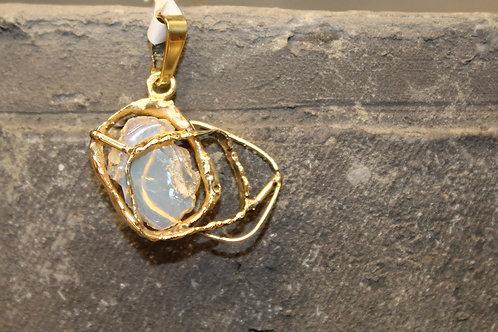 Geel gouden hanger met ruwe opaal