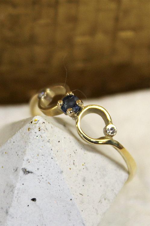 Geel gouden ring met saffier blauwen diamant