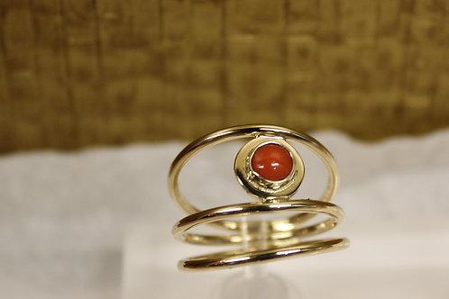 Geel gouden draad ring met bloedkoraal