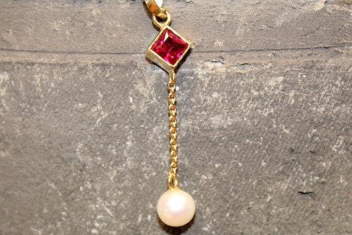 Geel gouden hanger met synthetische robijn en parel