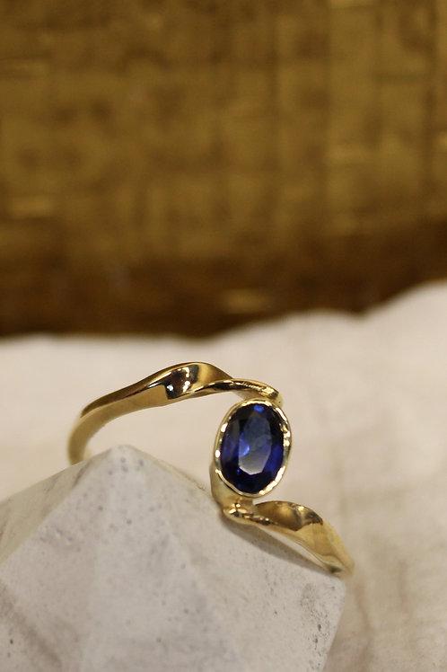 Geel gouden ring met blauw saffier