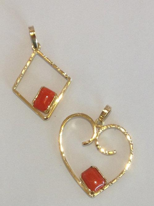 Gouden hangers van oud goud en bloedkoraal