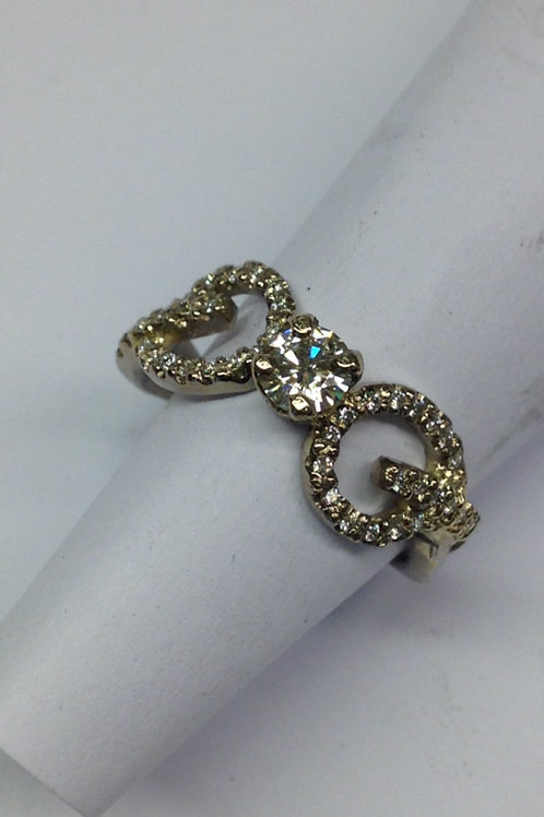 Wit gouden ring met diamantjes en moisaniet steen