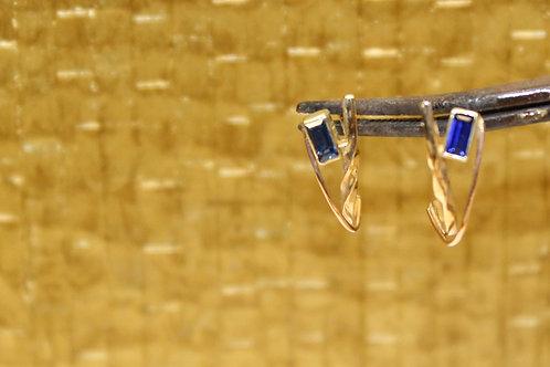 Geel en rose gouden oorbellen met blauw saffier