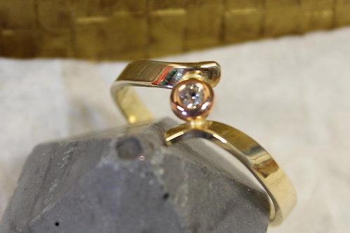 Geel gouden ring met rose diamantje