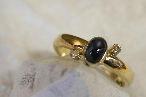 Geel gouden ring met blauw saffier en diamant