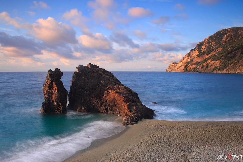 Beach_Rock_Sunrise_Monterosso_Cinque_Ter