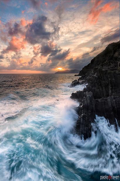 Crashing_Waves_Cliff_Sunset_Riomaggiore_