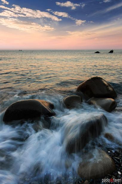 Sunrise_Riomaggiore_Beach_Crashing_Waves