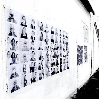 Expo photo sur le mur extérieur de La Fabrique à Paroles
