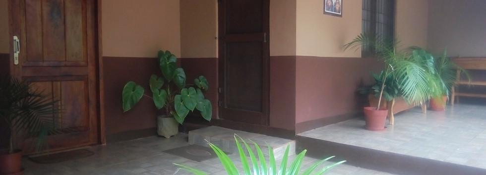 La entrada a la oficina y al convento/Wejście do klasztoru i biura parafialnego