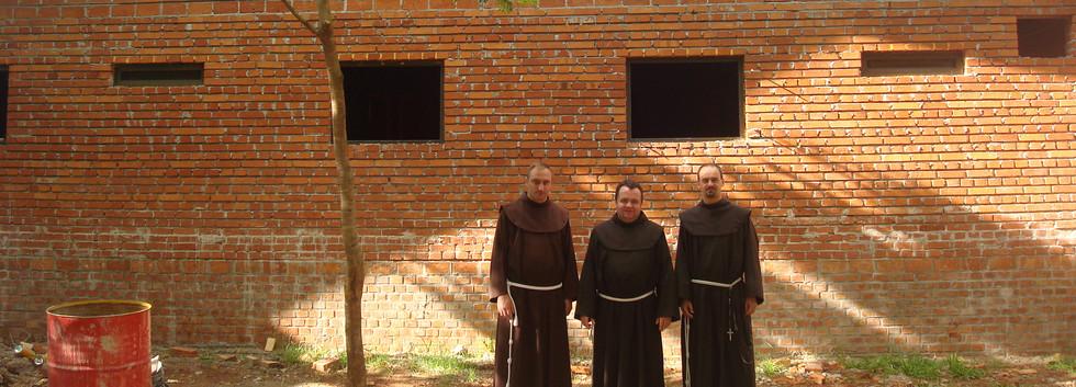 El convento con el techo/A tu już klasztor w stanie surowym