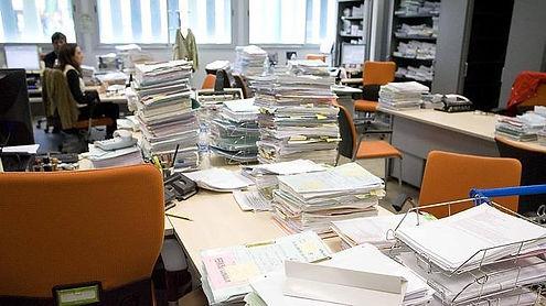 oficina con papeles.jpg