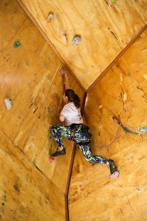 atleta na via de escalada
