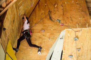 Atleta escalando via