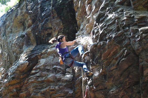 Escaladora na rocha
