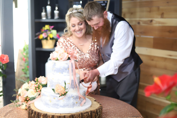 d41-event-space-rustic-wedding-cake-cutting