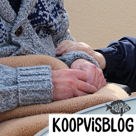 Oude man houdt arm van oude man vast.