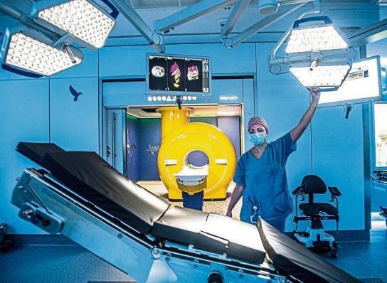 La IA tambié se espera clave para los avances médicos. En la imagen, nuevas unidades de alta tecnologia de quirofanos en el hospital Sant Joan de Déu de Barcelona.  Kim Manresa