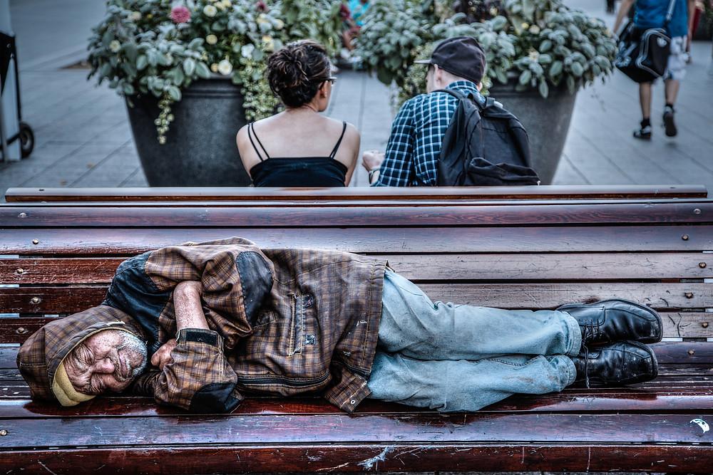 Un indigente duerme en un banco de un parque en Montreal, Canadá. La pandemia ha mostrado las fracturas sociales y económicas en la sociedad canadiense. (Foto: iStock/Ronnie Chua)