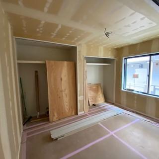 左側2階居室クロス下地パテ.jpg