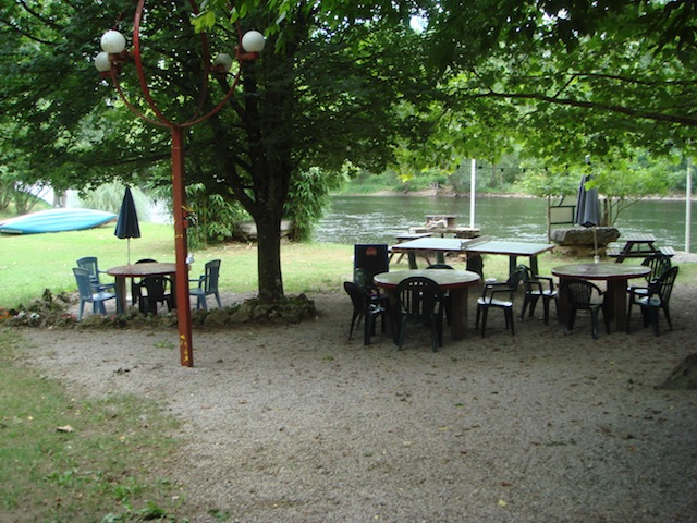 Camping Lot  terrasse exterieure tables